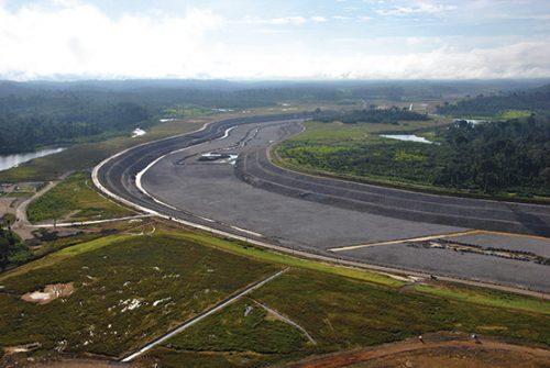 Le canal de dérivation en construction